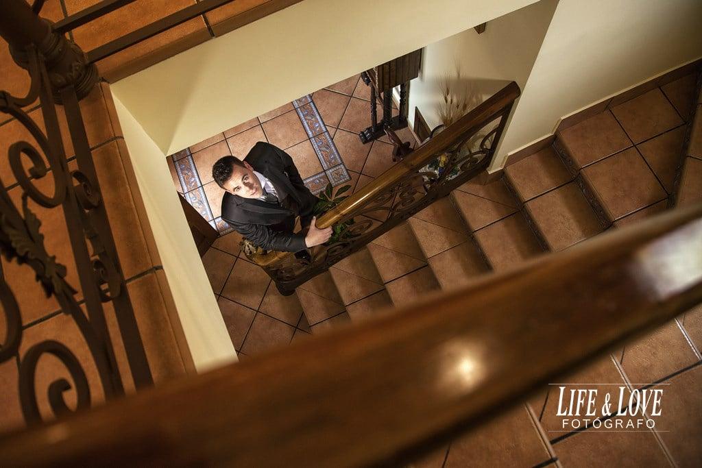 novio en escalera