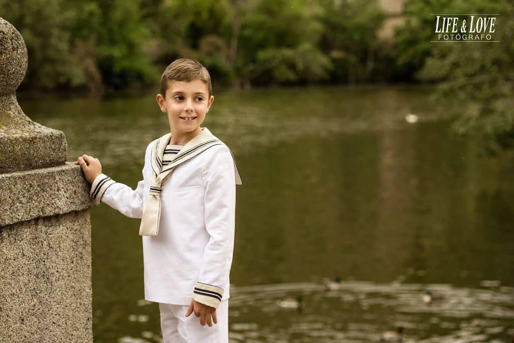 niño en el río