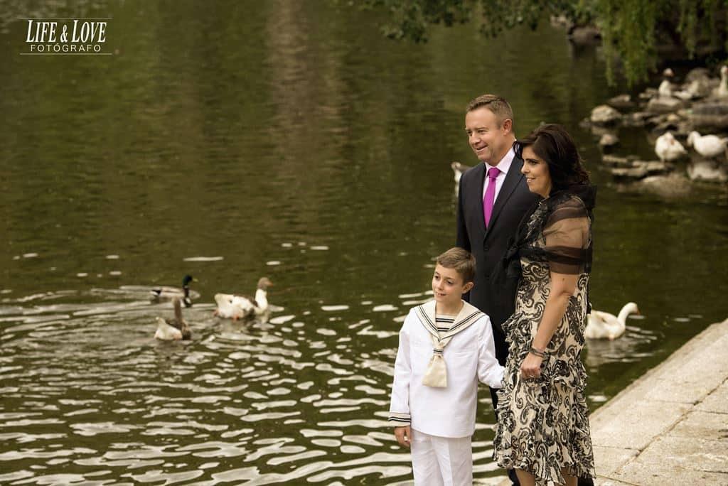 niño-familia y patos
