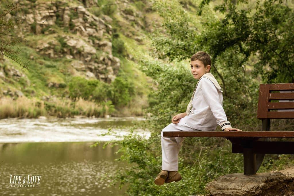 sentado en el banco