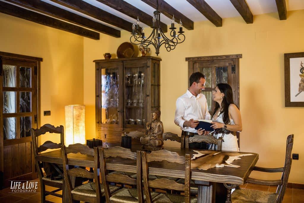 salón con mesa y pareja