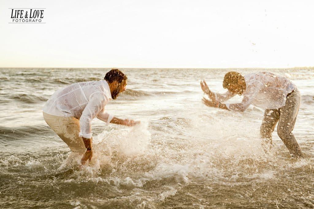 salpicando en la orilla