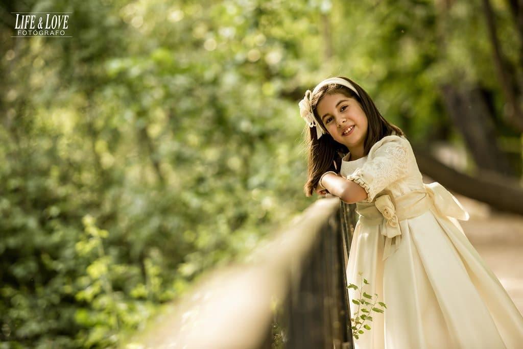 niña en la valla