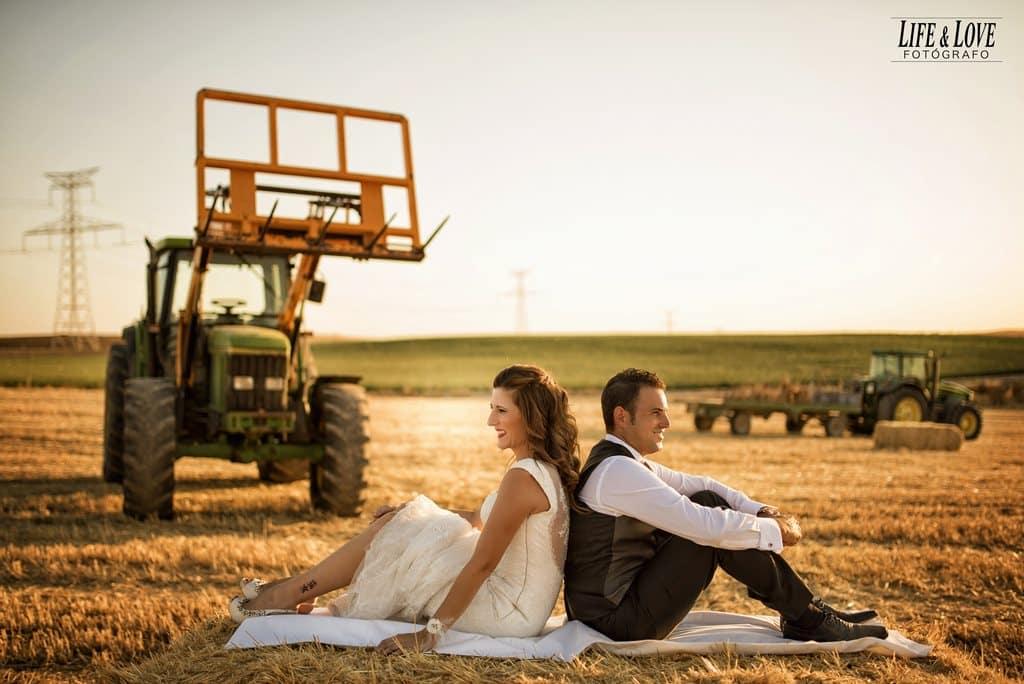 novios con tractor