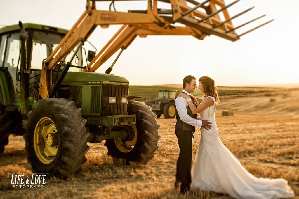 tractor verde y novios