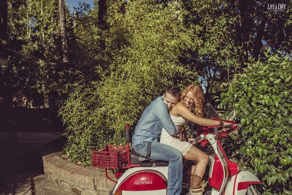 abrazados en moto