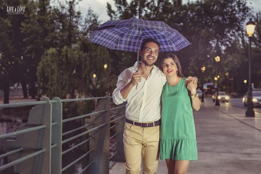 pareja con paraguas