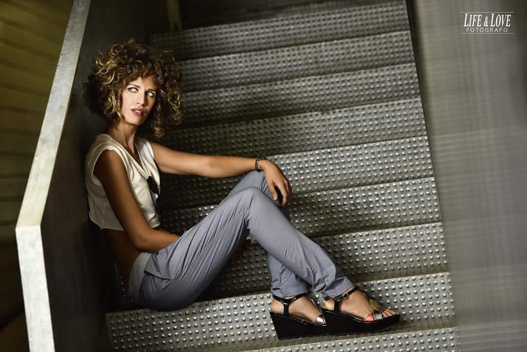 sentada en escaleras