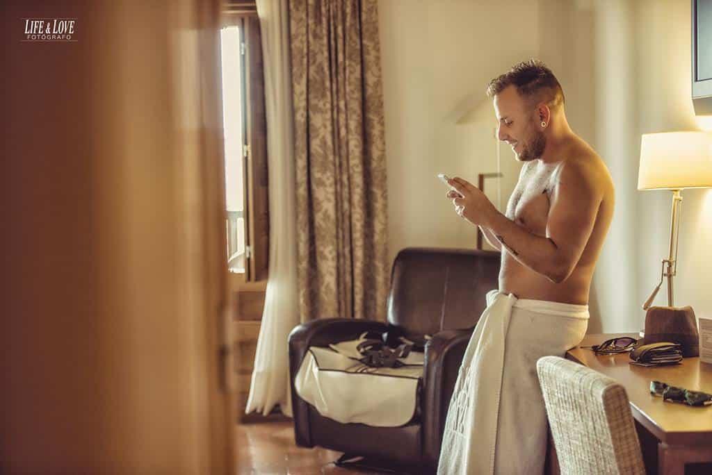 novio con móvil