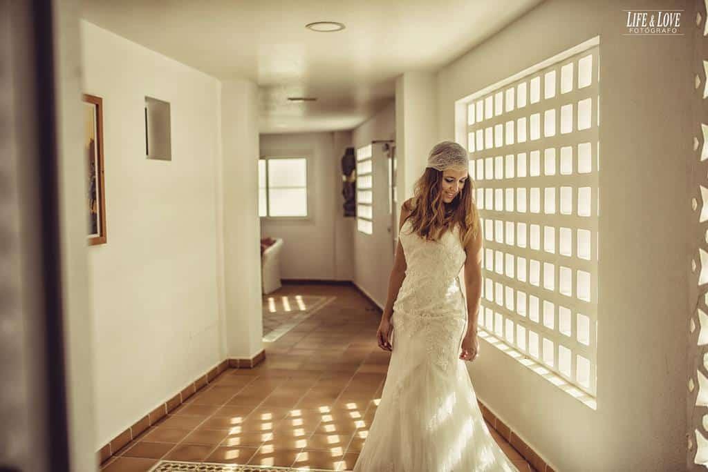 novia en ventana