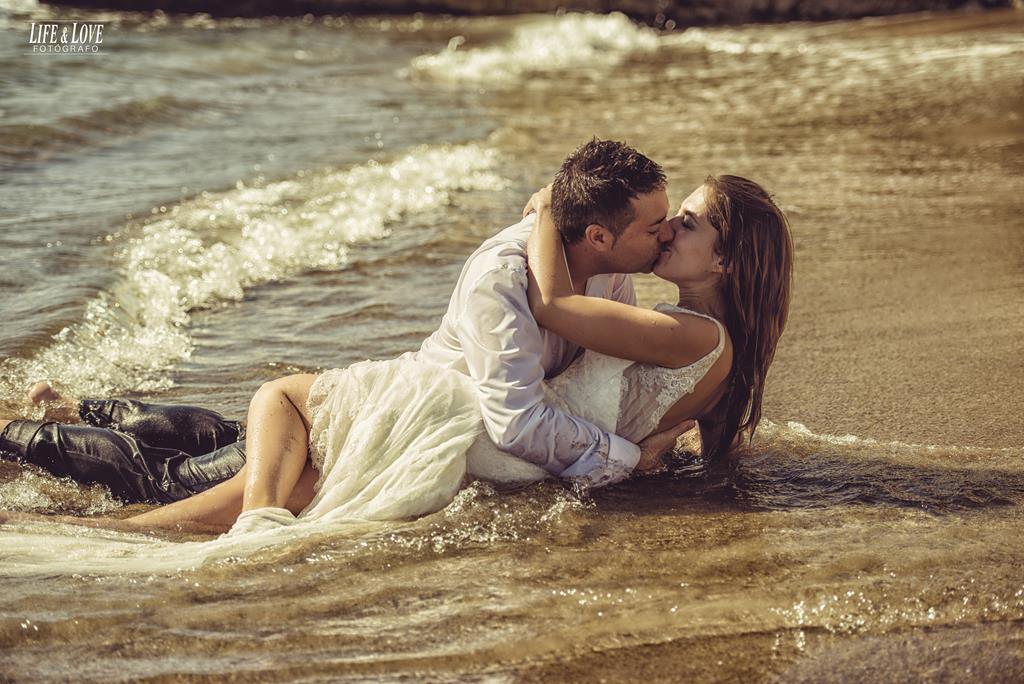 beso pareja en la orilla