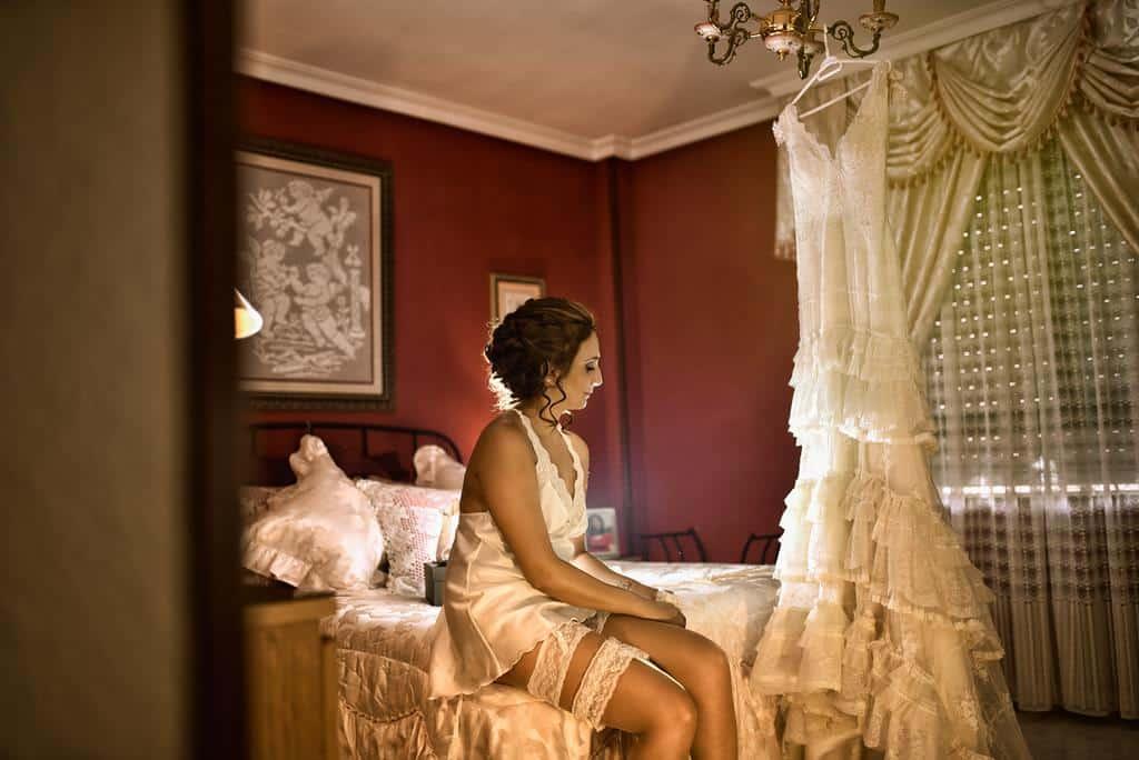 sentada en la cama con camisón