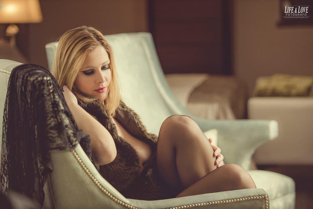 Sentada en el sillón