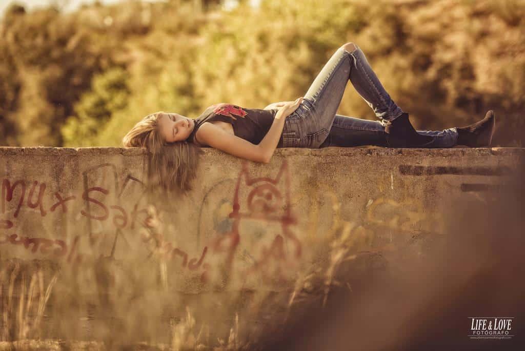 chica tumbada