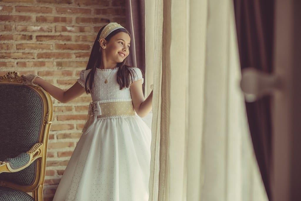 niña se ríe por la ventana