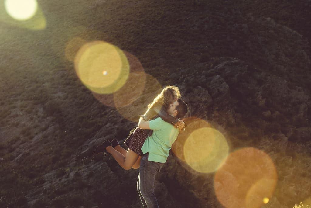 abrazo y rayos de sol