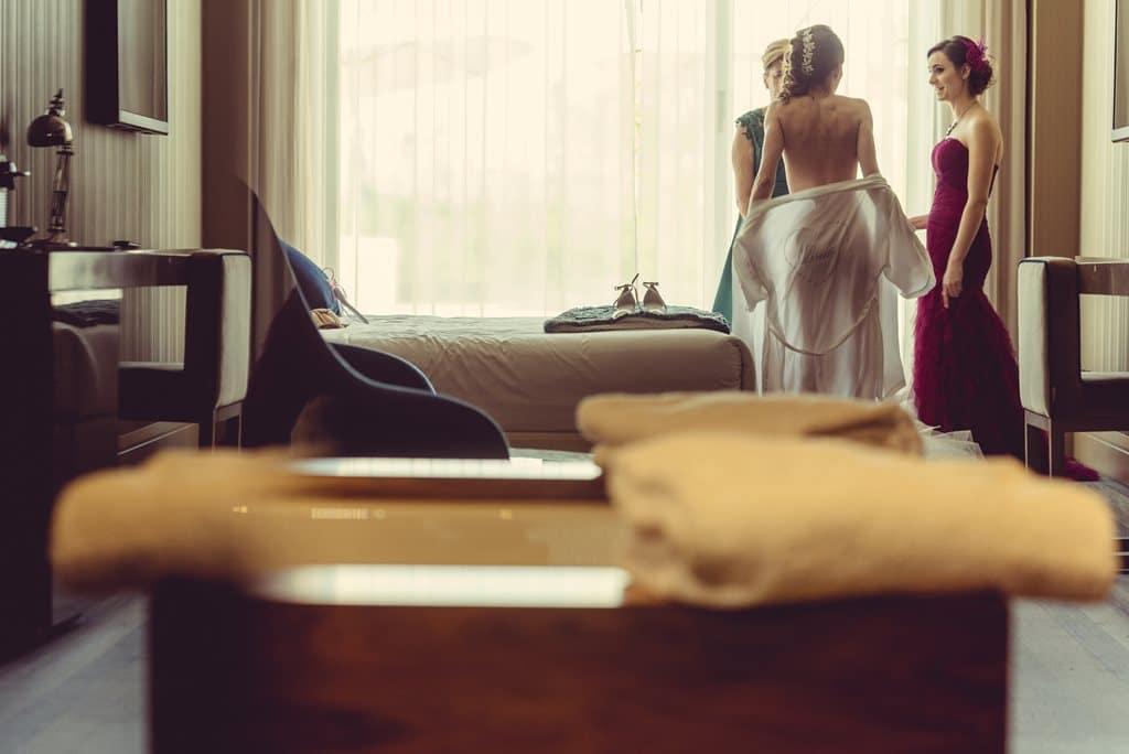 novia se quita la bata