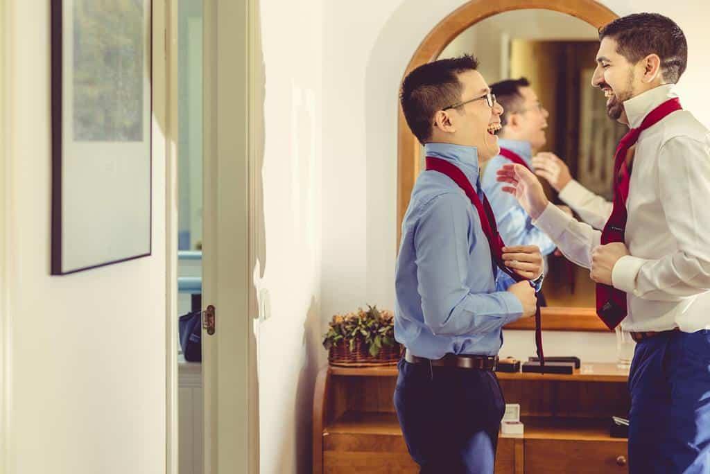 pareja gay-corbata roja