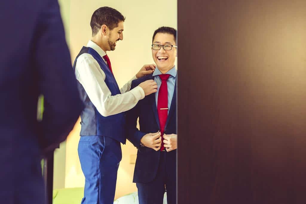 pareja gay se viste