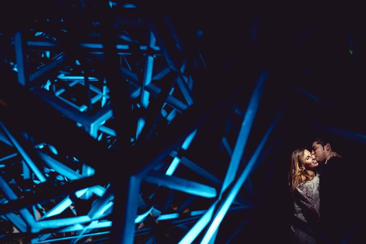 geometrías y luz azul