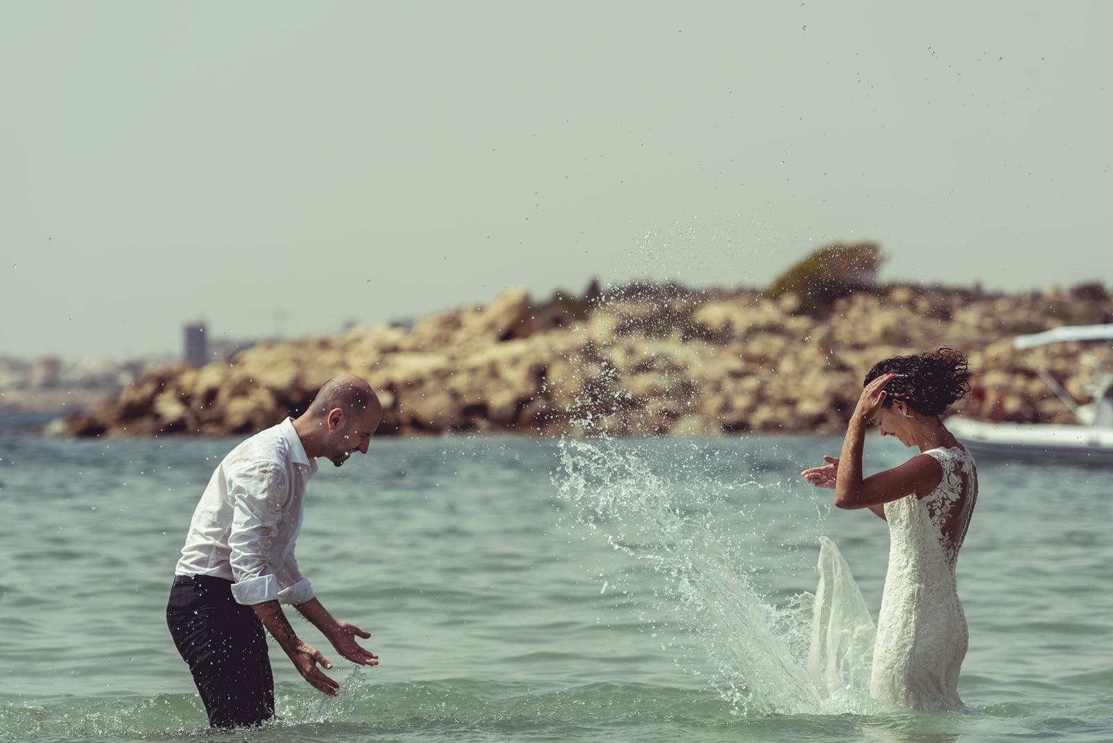 pareja novios se salpica agua