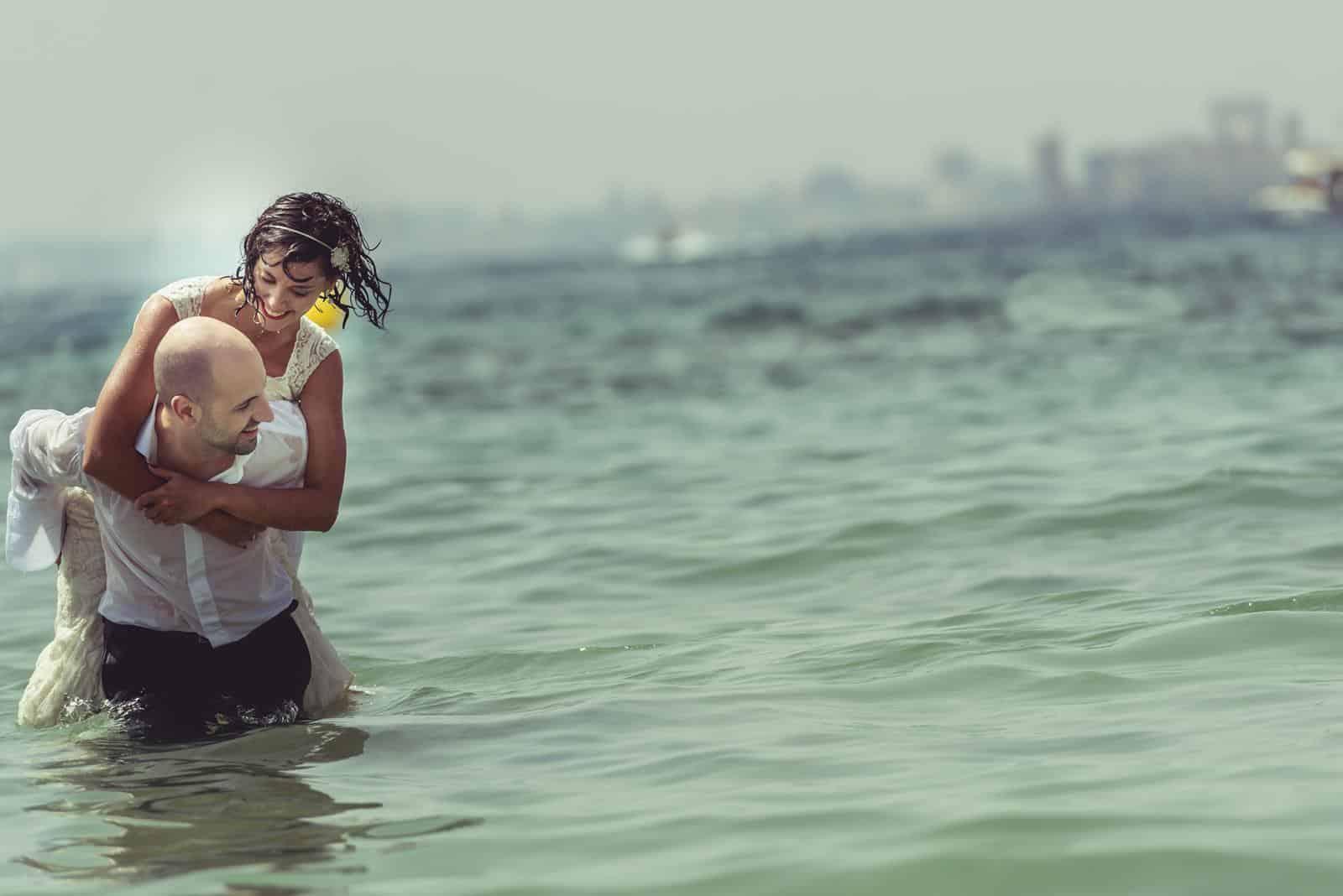 pareja jugando en el agua