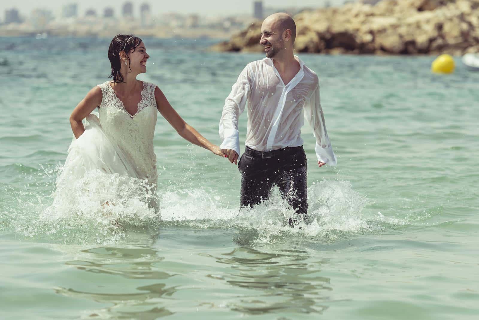 pareja corriendo por el mar