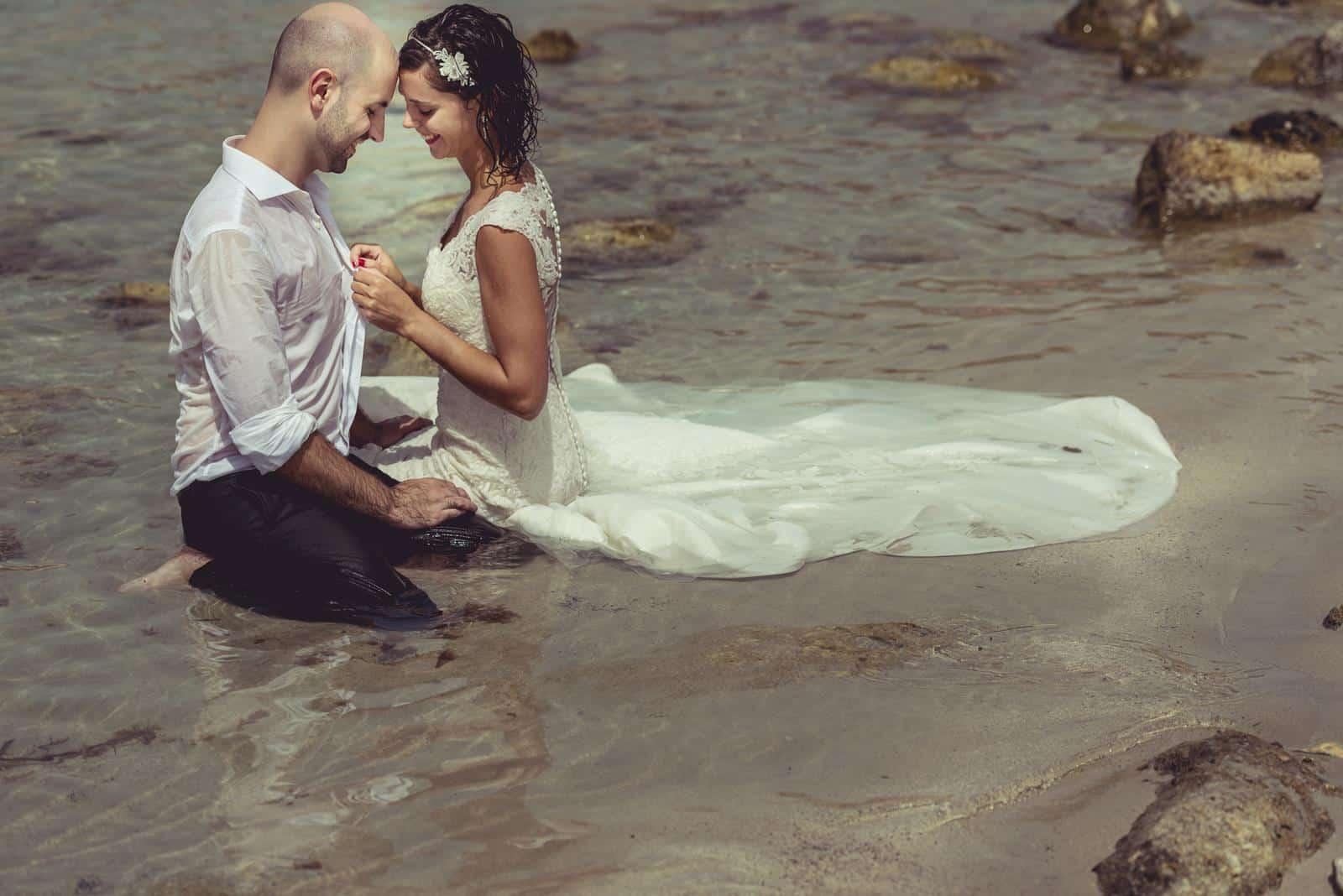 románticos en la arena