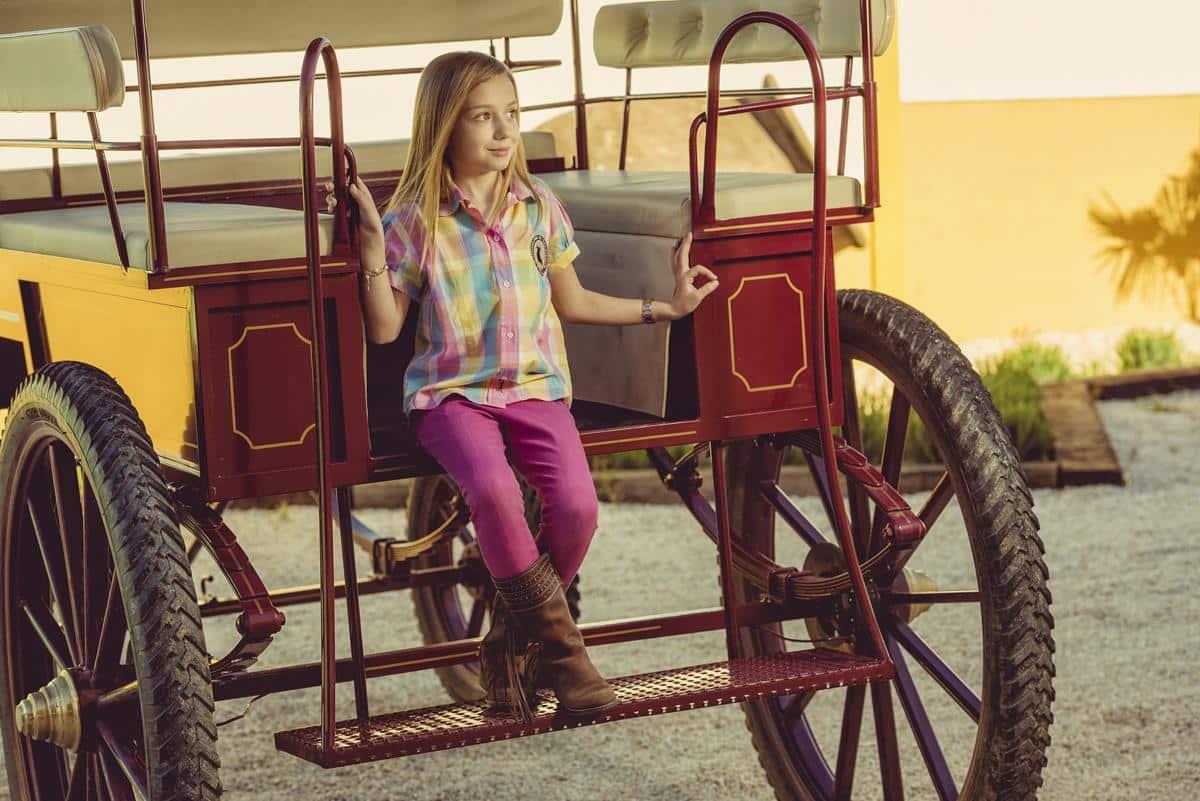 niña en carro caballos