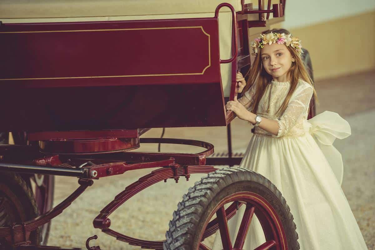 niña agarrada a carro caballos