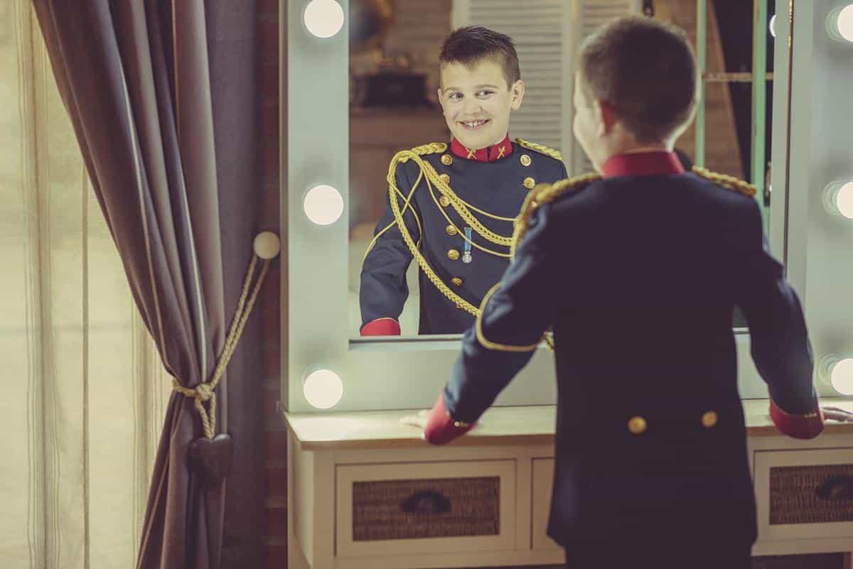 se mira al espejo