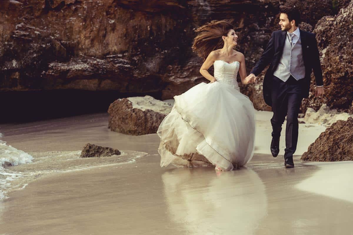 novios corren por la playa