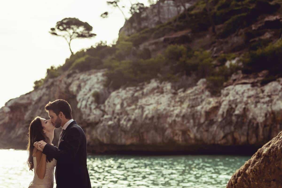 beso romántico en el mar
