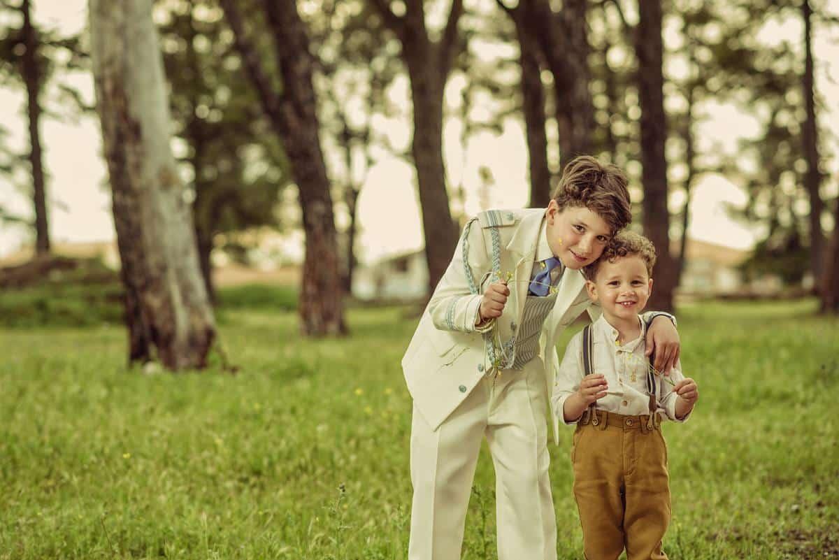 niño con su hermano