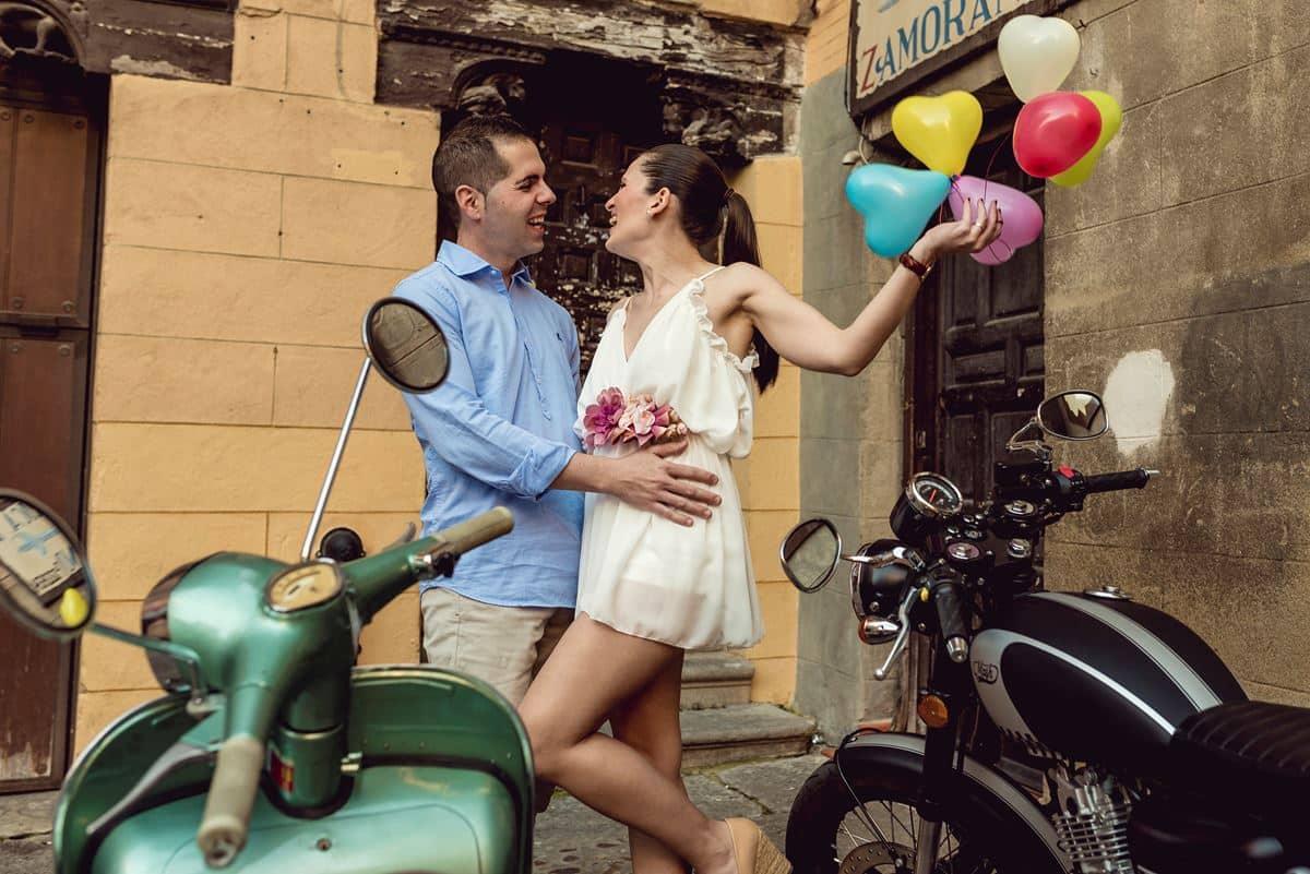 pareja novios con moto y globos
