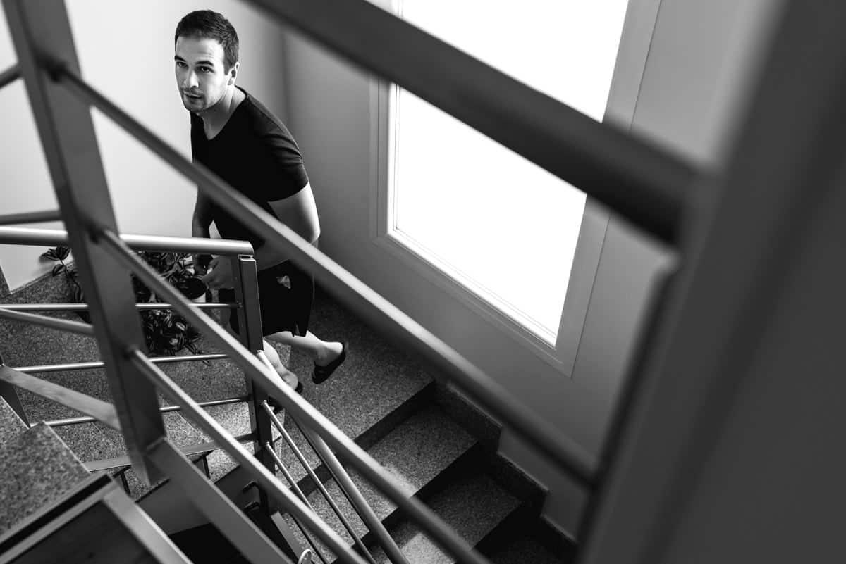 Novio subiendo la escalera