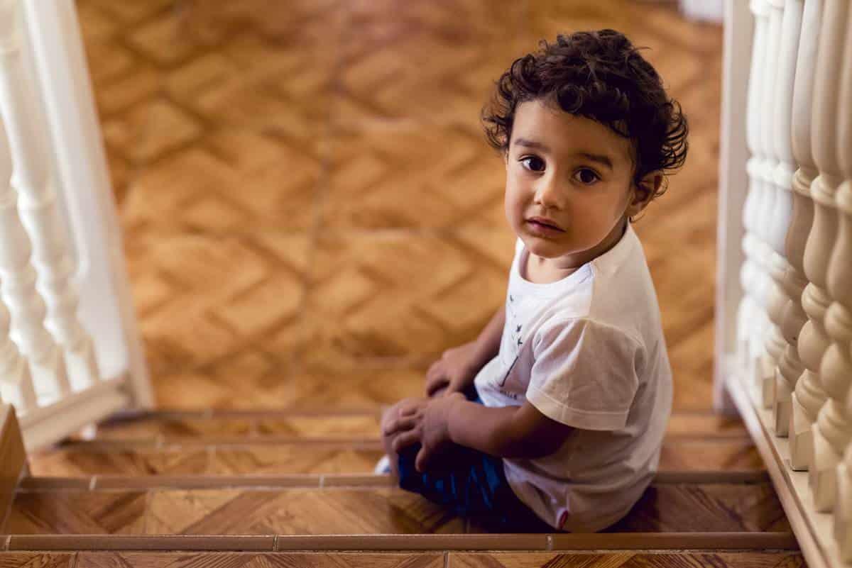 niño en escalera