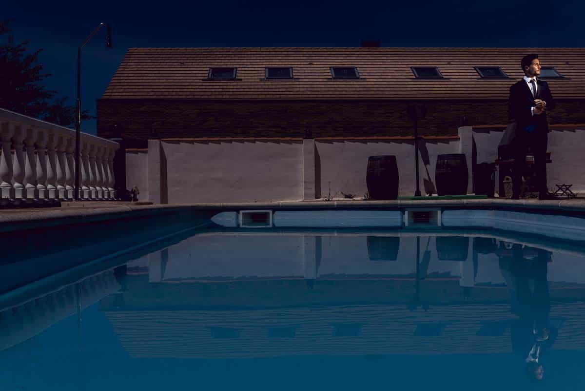 novio elegante piscina