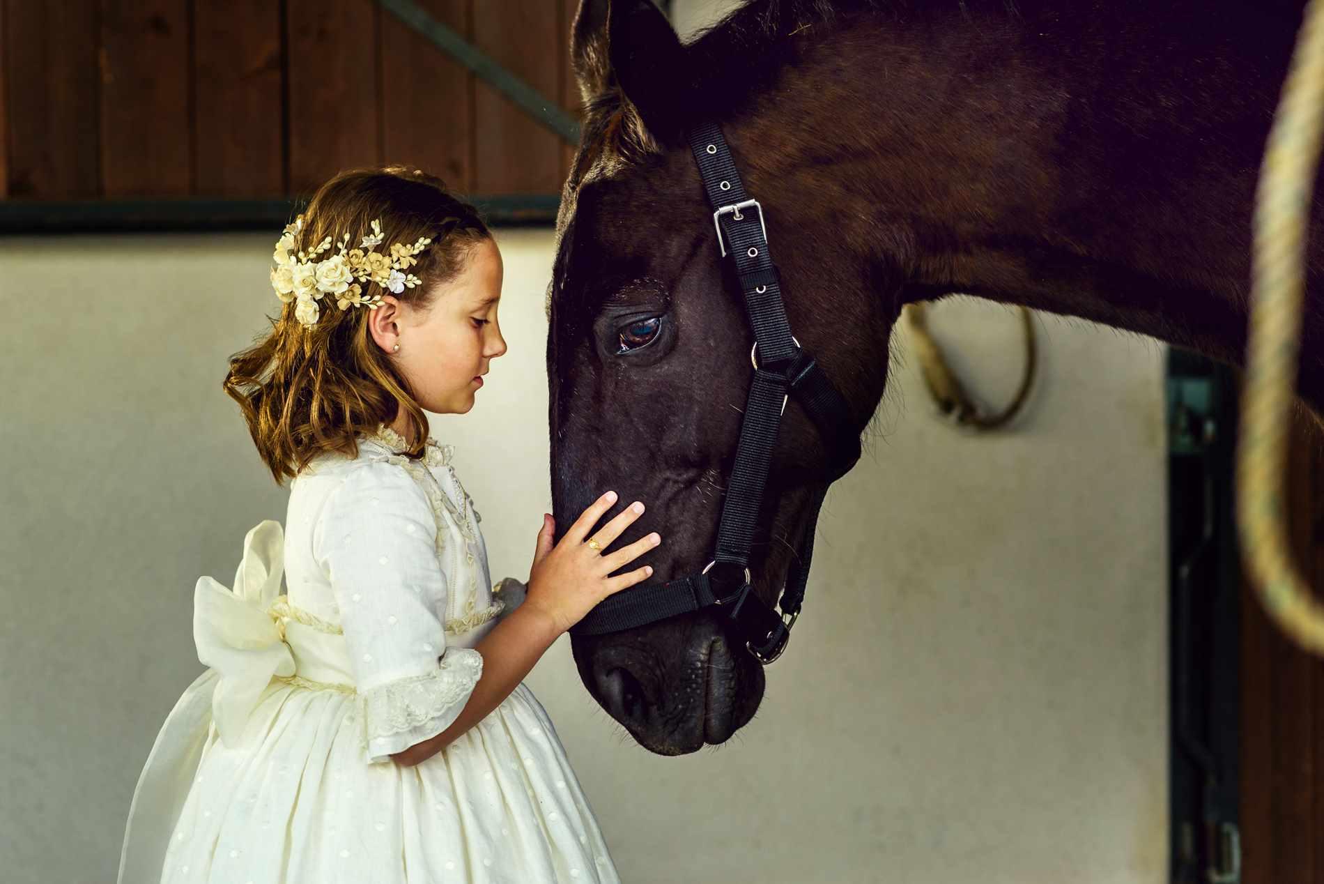 PRIMERA COMUNIÓN niña con caballo