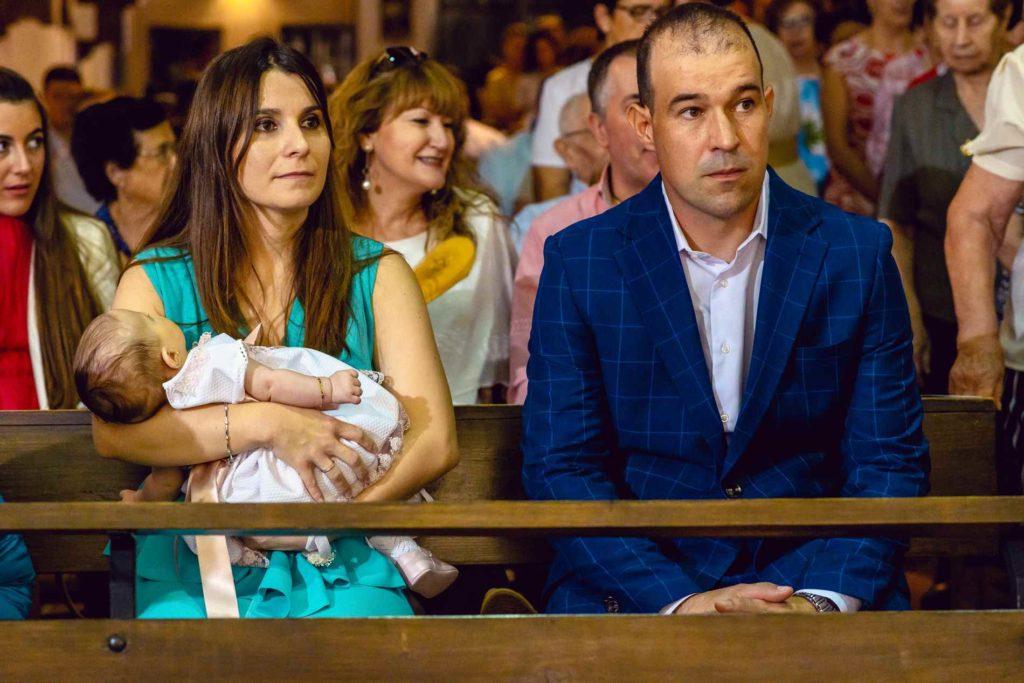 padres en iglesia BAUTIZO