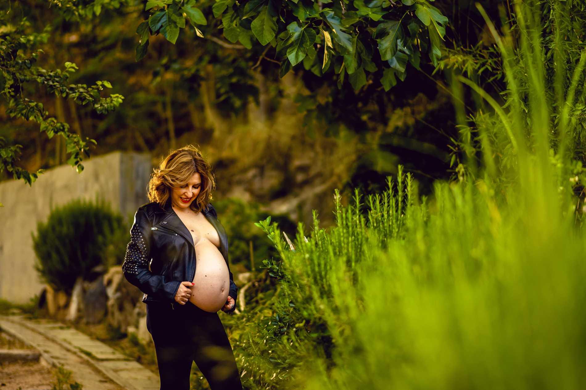 embarazada con chupa cuero - Sesión de fotos para embarazadas - Fotografía premamá