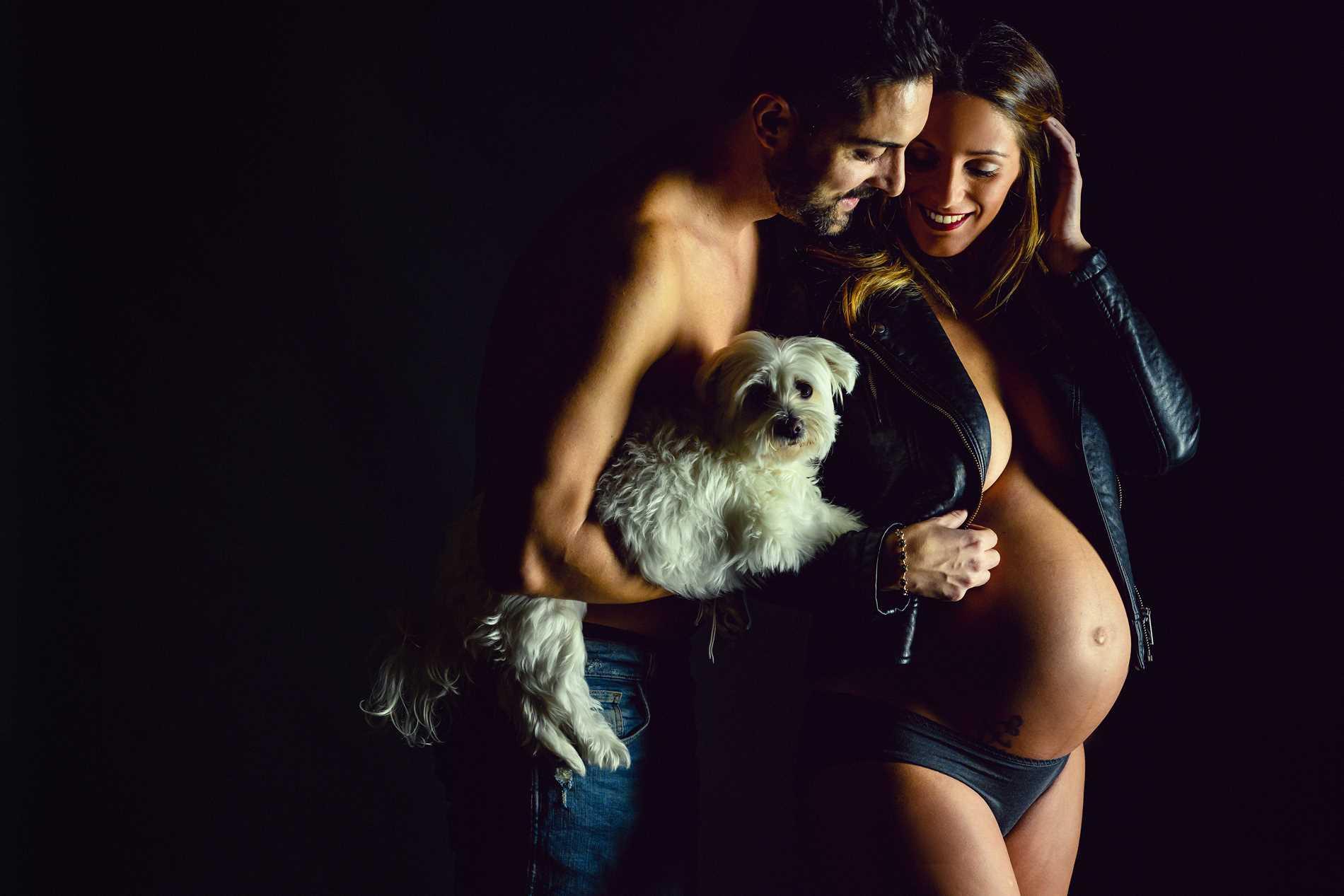 pareja embarazo y perrito - Sesión de fotos para embarazadas - Fotografía premamá