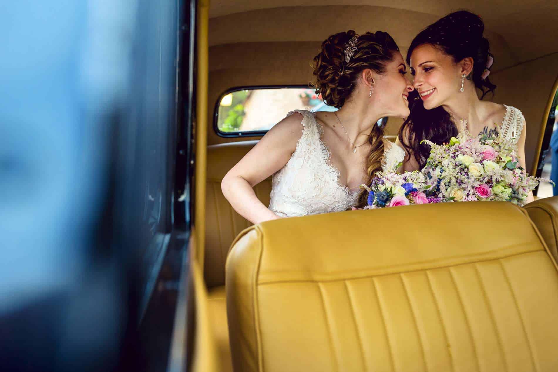 novias en el coche antiguo