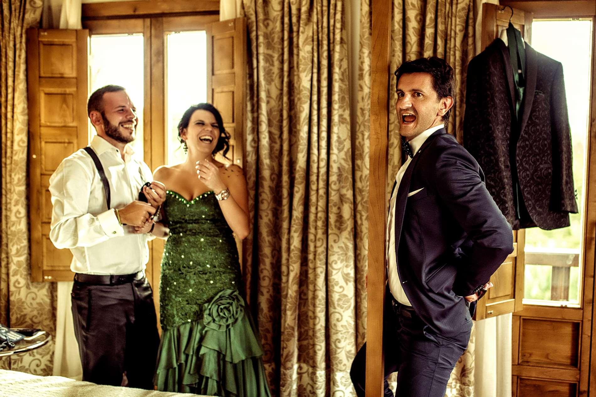 risas en los preparativos de boda