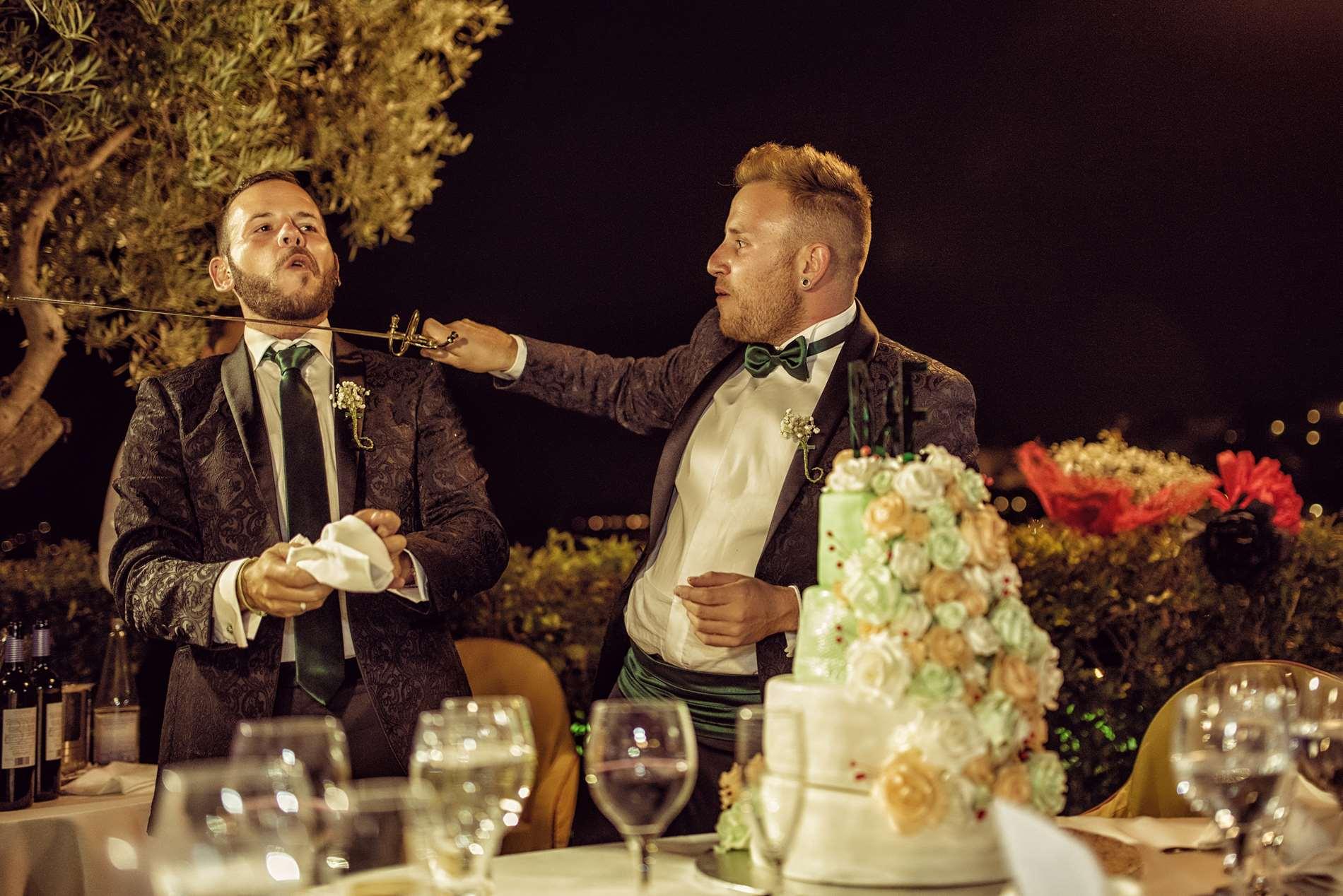 pareja homoxesual con espada