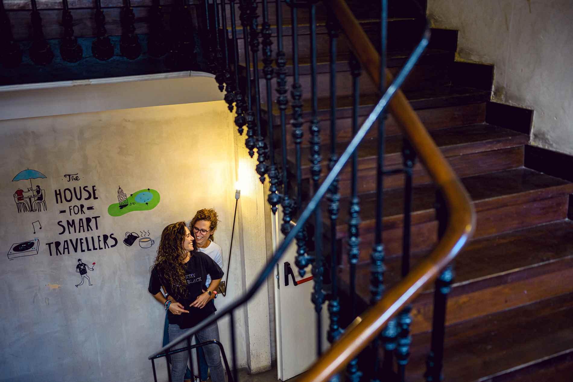 pareja de chicas en la escalera