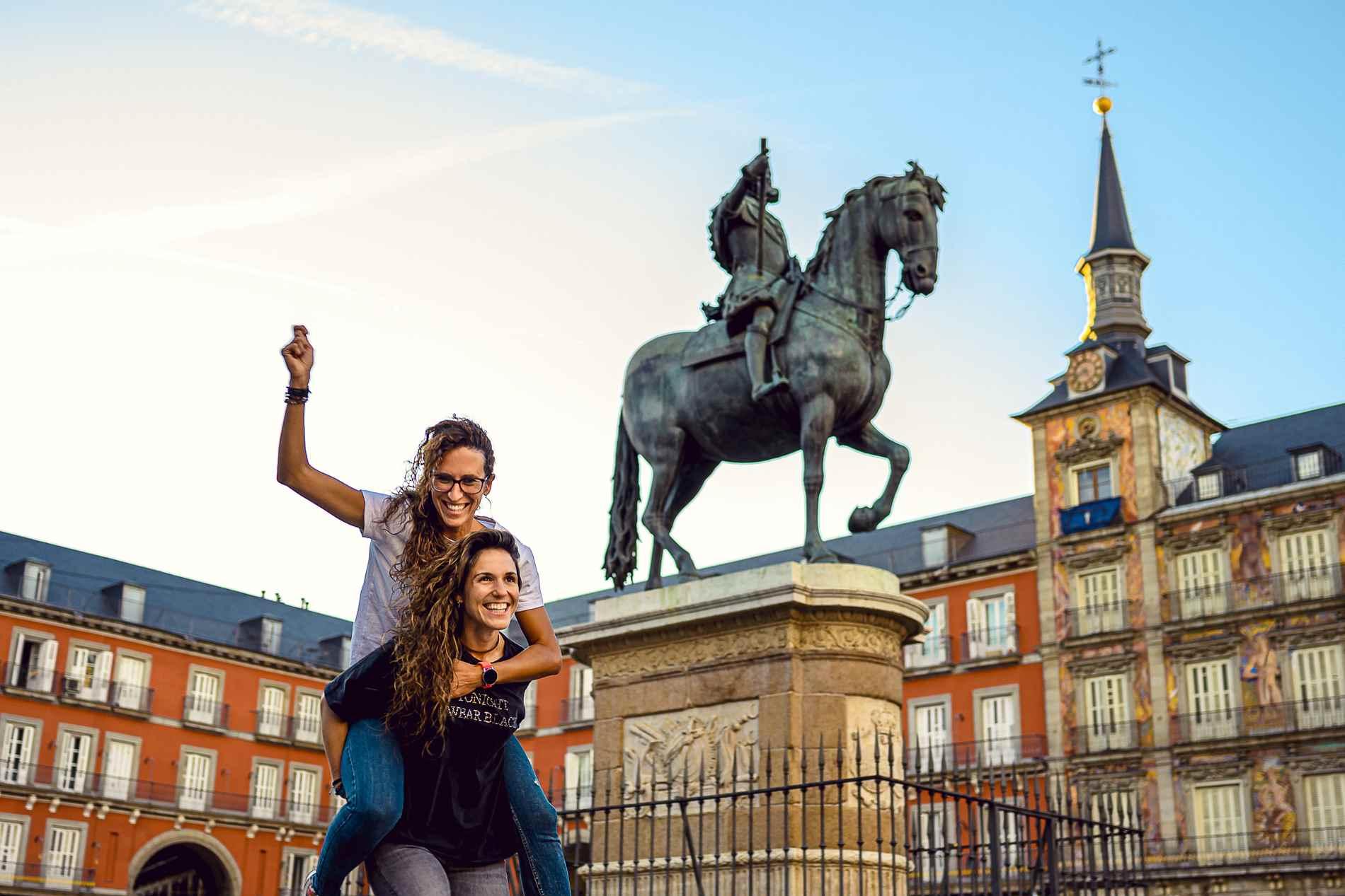 pareja de chicas en la plaza Mayor de Madrid