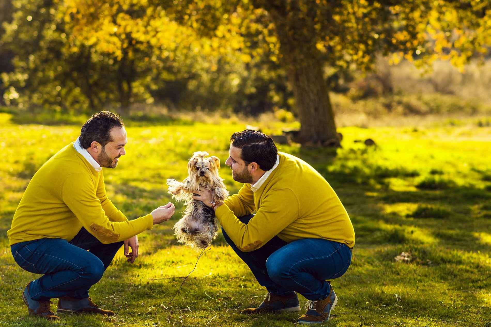 pareja de chicos con perro