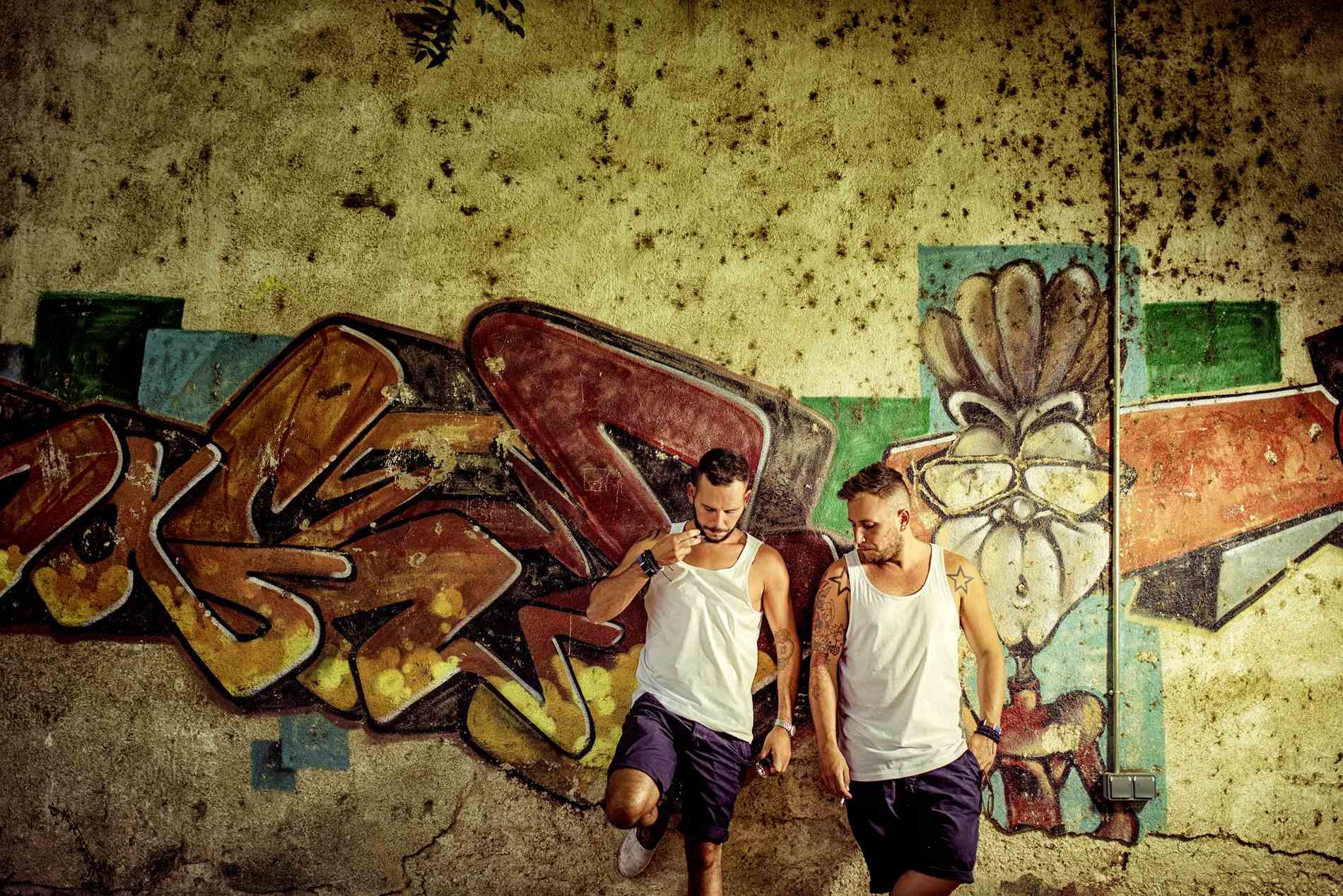 Pareja con pintada en la pared