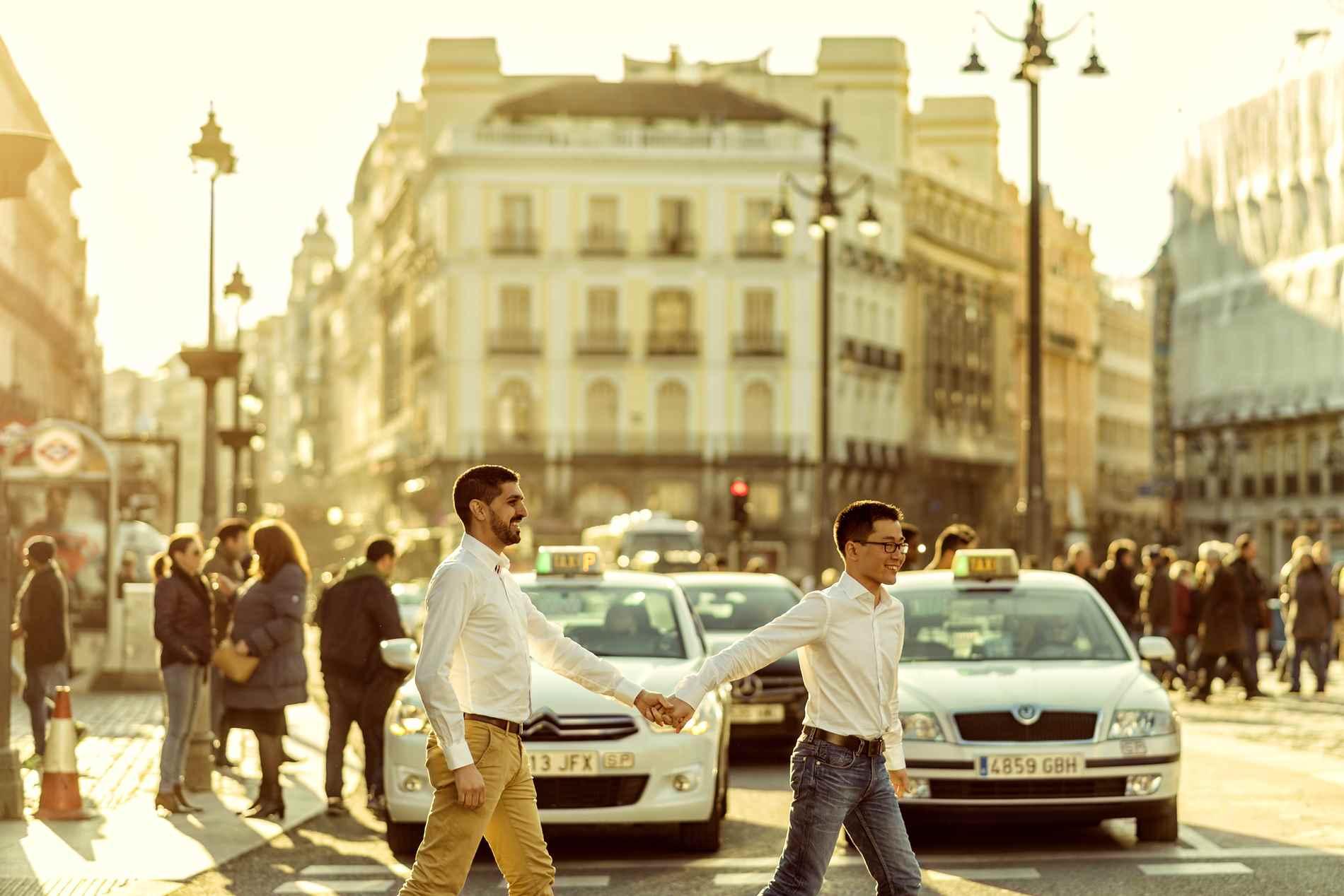 Cruzando la calle de la mano